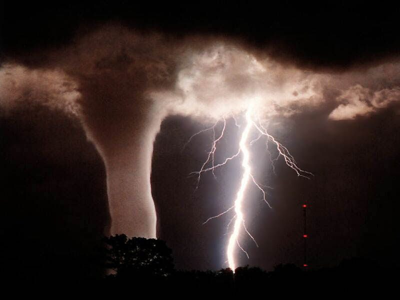 Como se forma un tornado y un huracán?